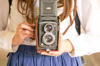 カメラを持っている女性の写真・画像素材[2115269]