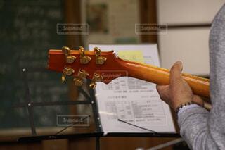 ギターを持っている手の写真・画像素材[2115272]