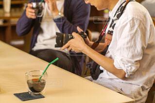 テーブルに座っている人々のグループの写真・画像素材[2115278]