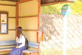 ベンチに座っている女性の写真・画像素材[2115280]