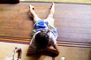 木製のテーブルに座っている人の写真・画像素材[2274974]