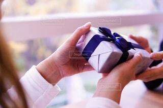 プレゼントを渡す手の写真・画像素材[2806976]
