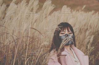 草の中に立っている人の写真・画像素材[3883334]