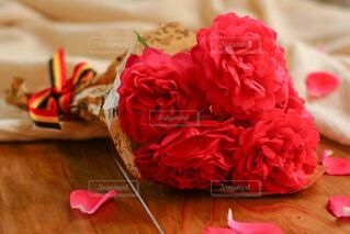 ピンクの花の上に座っているケーキの写真・画像素材[4420523]
