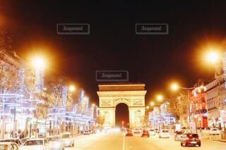 夜のライトアップされた街の写真・画像素材[1694648]