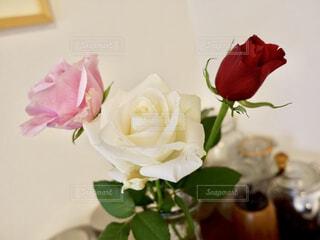 テーブルの上に花瓶のバラの写真・画像素材[1684755]