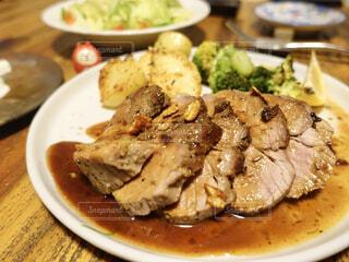 テーブルの上に食べ物のプレートの写真・画像素材[1684758]