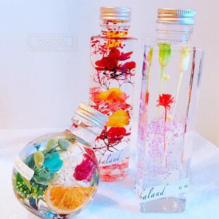 テーブルの上の花の花瓶の写真・画像素材[1684824]