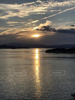 夕焼けと飛行機雲の写真・画像素材[1687358]