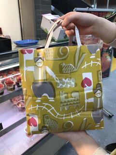 岡山の紙袋を持ってる人の写真・画像素材[2139298]