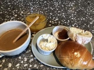 食品とコーヒーのカップのプレートの写真・画像素材[1685371]