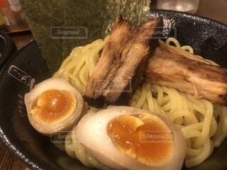 板の上に食べ物のボウルの写真・画像素材[1685378]