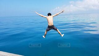 沖縄の海に飛び込む男の写真・画像素材[1688309]