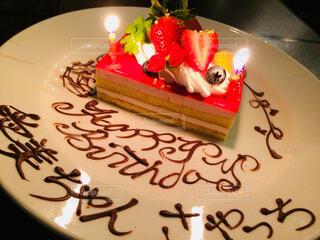 テーブルにバースデー ケーキのプレートの写真・画像素材[1686224]