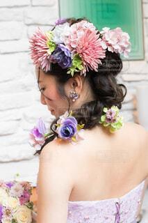 ピンクの花を身に着けている女の子の写真・画像素材[1689918]