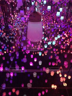 紫色の光の束の写真・画像素材[1690315]