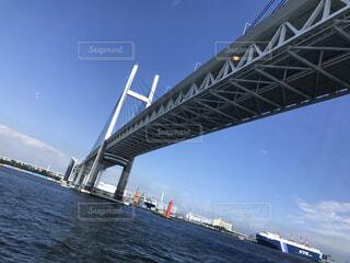 水の体の上の大きな橋の写真・画像素材[1690376]