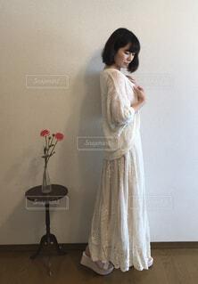 白いドレスの前に立っている人の写真・画像素材[1692112]