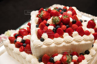 近くにバースデー ケーキのプレートのアップの写真・画像素材[1692115]