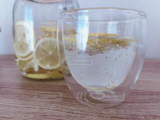 テーブルの上に水のガラスの写真・画像素材[1824238]