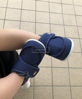 青と白の靴を履いた足のクローズアップの写真・画像素材[2258490]
