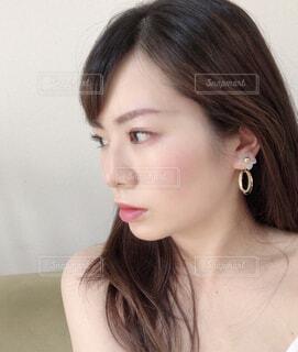 眼鏡をかけた女性がカメラを見ているの写真・画像素材[2258494]