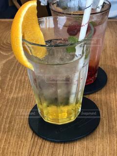 テーブルの上のグラスカップの写真・画像素材[2321179]