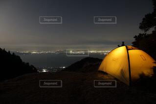 夜景の見えるテント場の写真・画像素材[1686928]