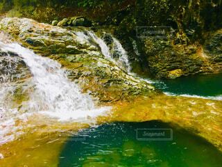 小さな滝の写真・画像素材[1687414]