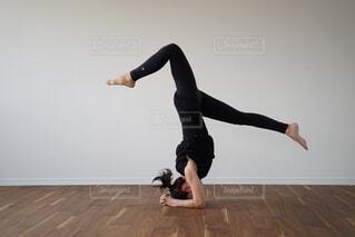 ヨガをする女性の写真・画像素材[2365008]
