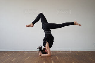ヨガをする女性の写真・画像素材[2365010]