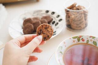 ティータイムにチョコチップクッキーを食べるの写真・画像素材[1692447]