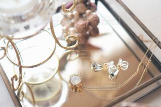 アクセサリートレーの上のネックレスとイヤリングの写真・画像素材[1697760]