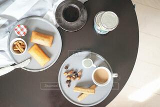 食品とコーヒーのカップのプレートの写真・画像素材[1699755]