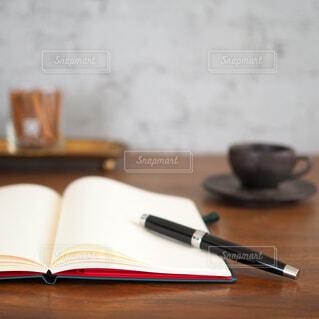 デスクで手帳にアイデアをまとめるの写真・画像素材[1699775]