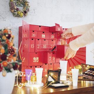 コスメのアドベントカレンダーを開けるの写真・画像素材[1699865]