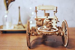 木製クラシックカーモデルの後ろ姿の写真・画像素材[1701075]