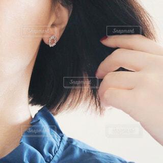 ピアス風イヤリングをつけた耳の写真・画像素材[1701624]