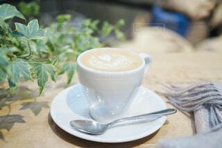 カフェのテーブルの上のコーヒー カップの写真・画像素材[1703259]