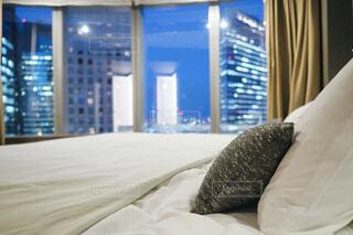 ホテルの客室のベッドからの夜景の写真・画像素材[1703779]