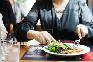 ビストロでカジュアルなフレンチを食べるの写真・画像素材[1705587]