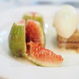 BENOITのデザートのお皿の無花果のアップの写真・画像素材[1708725]