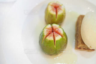 フランス料理のイチジクのデザートプレートの写真・画像素材[1708770]