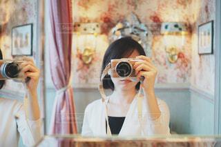 鏡の前で自撮りの写真・画像素材[1708825]