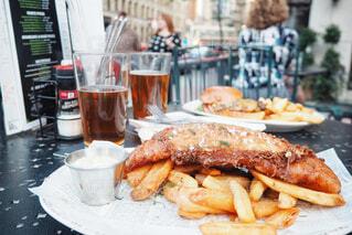アイリッシュパブのテラス席でフィッシュ&チップスを食べるの写真・画像素材[1714857]