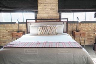 北欧デザインのホテルの客室のベッドルームの写真・画像素材[1717176]