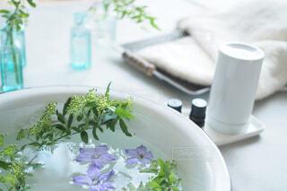 洗面器に草花を浮かべるの写真・画像素材[1858417]