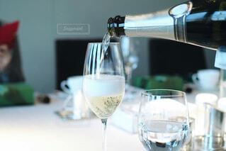 近くにワインのグラスのの写真・画像素材[1870931]