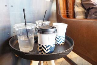 テーブルの上のコーヒー カップの写真・画像素材[1879308]