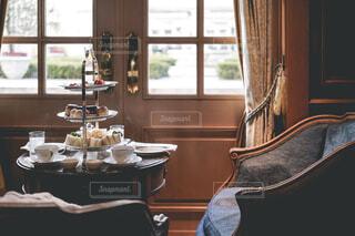 家具と大きな窓でいっぱいの部屋の写真・画像素材[3105195]